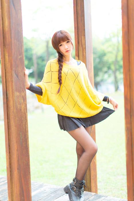 フリー写真 ミニスカートの裾を広げる女性ポートレイト