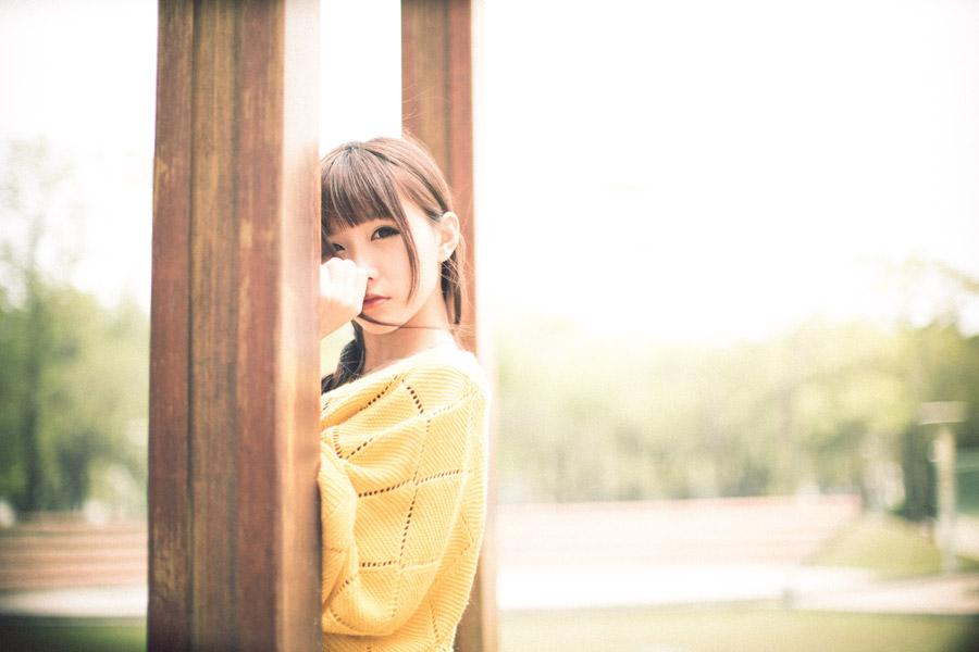 フリー写真 柱とセーター姿の女性ポートレイト