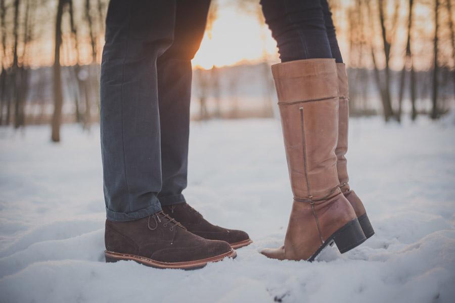 フリー写真 雪の上でキスをするカップルの足元
