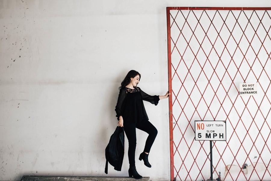 フリー写真 フェンスと外国人女性