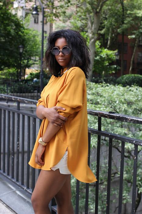 フリー写真 サングラスをかけた黒人女性