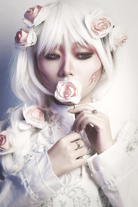 フリー写真 バラの花を口に当てるコスプレ女性
