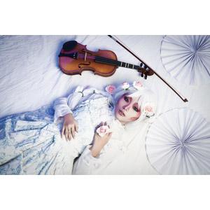 フリー写真, 人物, 女性, アジア人女性, ベトナム人, 女性(00152), コスプレ, 仰向け, 寝転ぶ, バイオリン(ヴァイオリン)