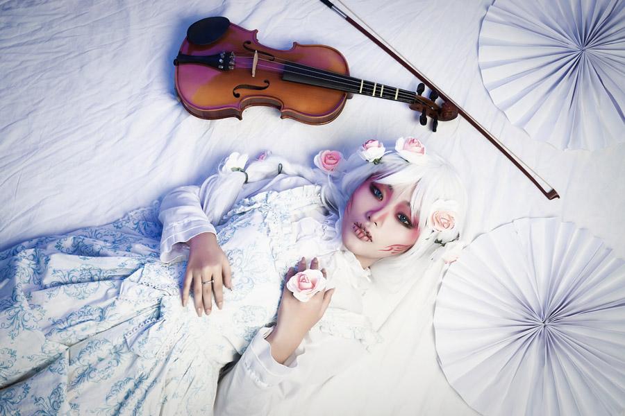 フリー写真 バイオリンとコスプレ姿の女性