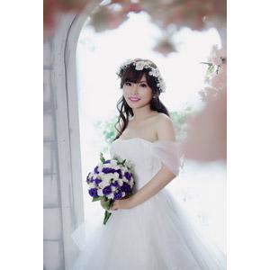 フリー写真, 人物, 女性, アジア人女性, ベトナム人, 花嫁(新婦), 結婚式(ブライダル), ウェディングドレス, ブーケ, 人と花, 花冠