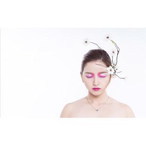 フリー写真, 人物, 女性, アジア人女性, ベトナム人, 女性(00153), 目を閉じる, 人と花, 白背景, 美容