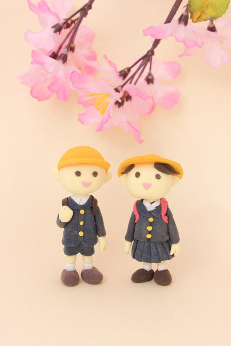フリー写真 桜の花と小学生の人形