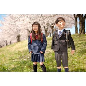 フリー写真, 人物, 子供, 女の子, アジアの女の子, 日本人, 女の子(00119), 学生(生徒), 小学生, 男の子, アジアの男の子, 男の子(00140), 学生服, 二人, 人と花, 桜(サクラ), 春