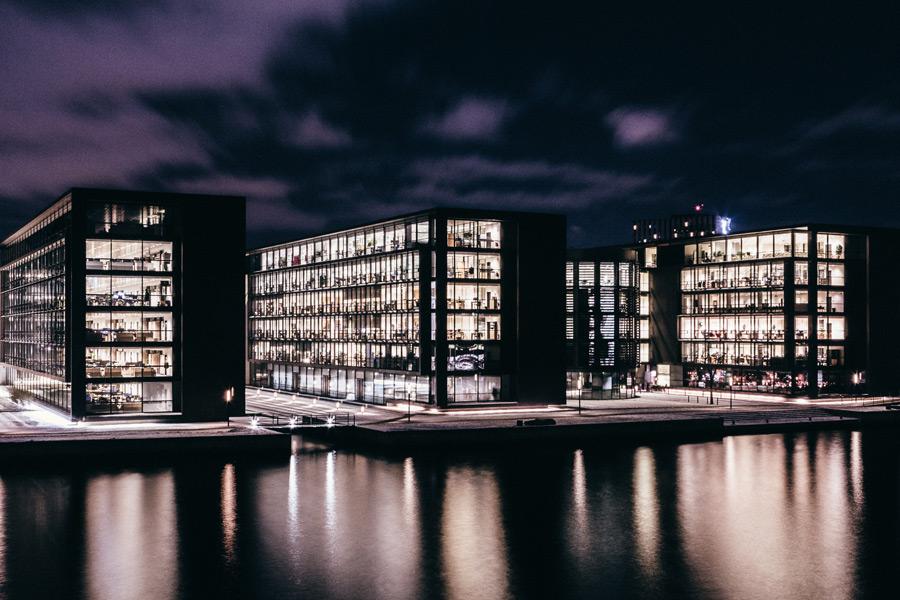 フリー写真 コペンハーゲンの灯り点いたビルの風景