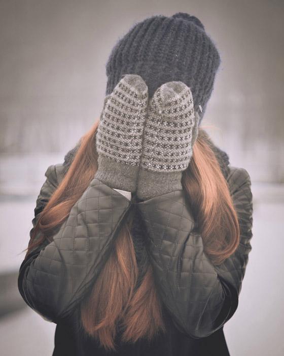 フリー写真 手袋をした両手で顔を覆う女性