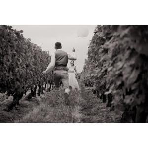 フリー写真, 人物, カップル, 恋人, 二人, モノクロ, 風船, 畑, 人と風景, 後ろ姿