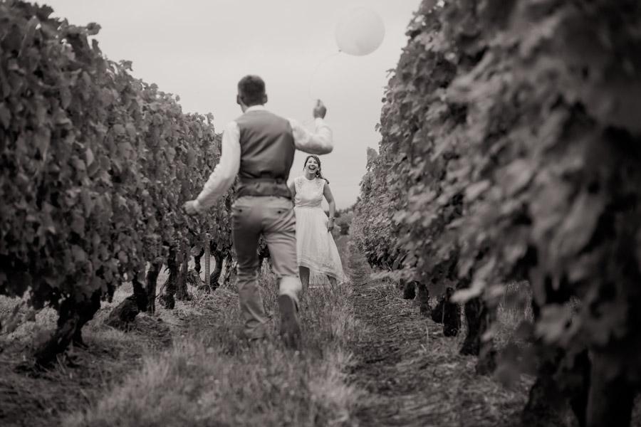 フリー写真 畑にいる外国のカップル