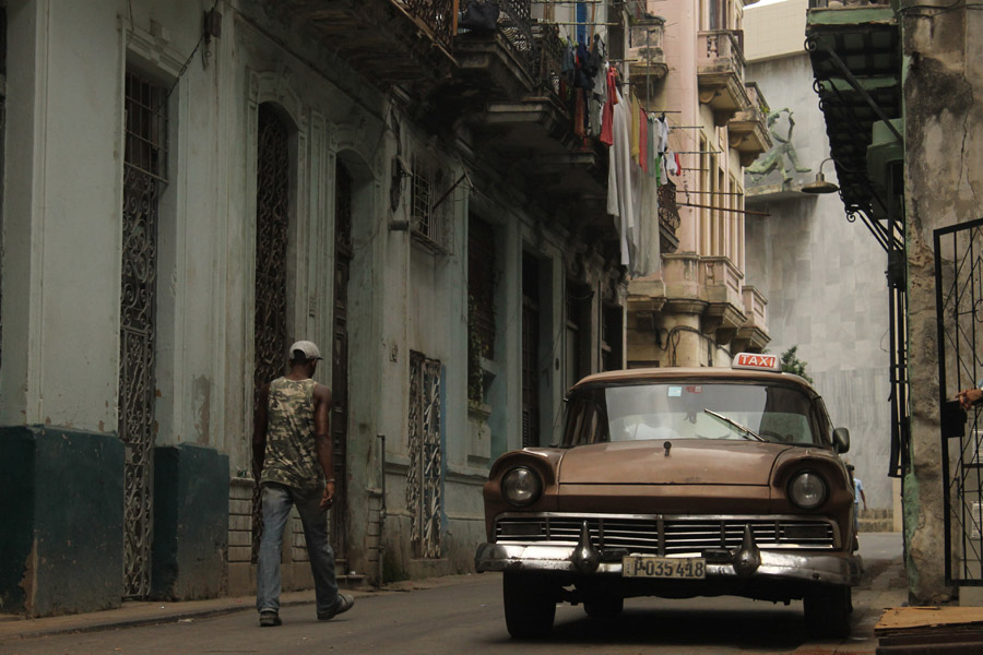 フリー写真 キューバの路地とタクシー