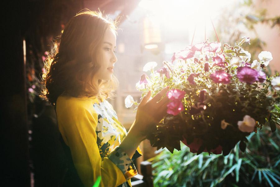 フリー写真 花を見ているベトナム人女性の横顔