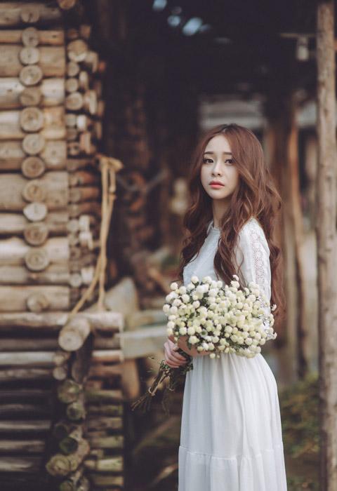 フリー写真 花束を抱えているベトナム人女性