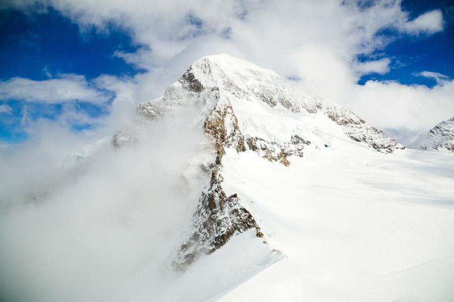 フリー写真 雪に覆われるユングフラウヨッホの山