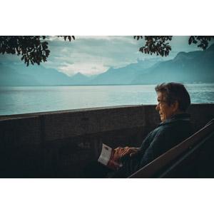 フリー写真, 人物, 老人, シニア男性, 祖父(おじいさん), 座る(ベンチ), 本(書籍), 眺める, 湖, 山, スイスの風景, 人と風景, ルツェルン湖
