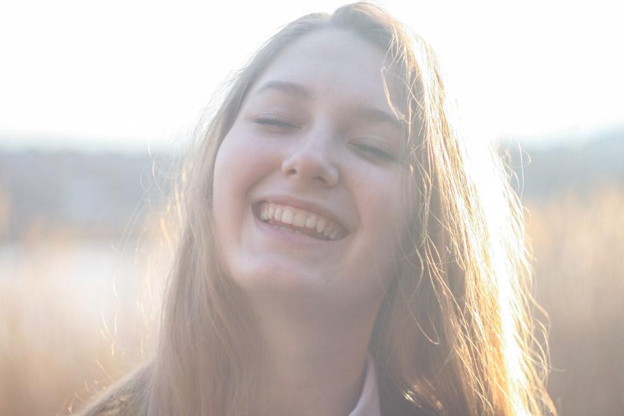 フリー写真 目を閉じて笑うウクライナ人女性
