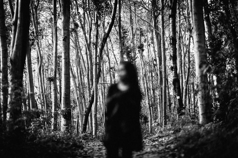 フリー写真 森の中に佇む女性