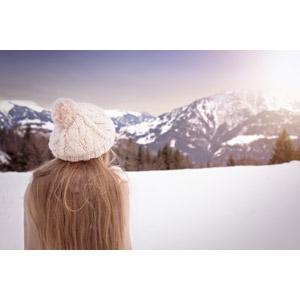 フリー写真, 人物, 子供, 女の子, 外国の女の子, 帽子, ニット帽, 後ろ姿, 眺める, 人と風景, 雪, 山, 冬