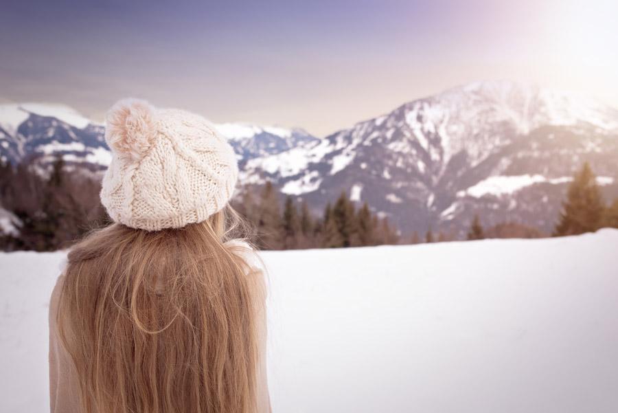 フリー写真 雪山を眺める女の子の後ろ姿