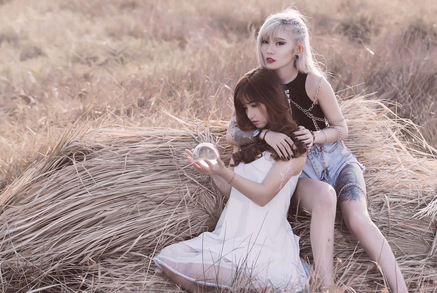 フリー写真 水晶玉を持つ女性と後ろから抱きしめる女性
