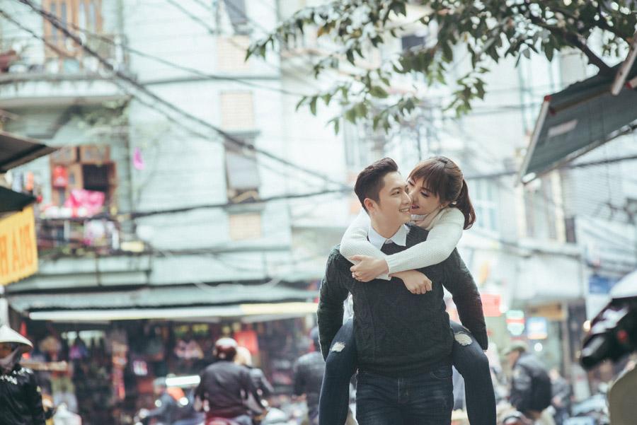 フリー写真 おんぶして街中を歩くベトナムのカップル