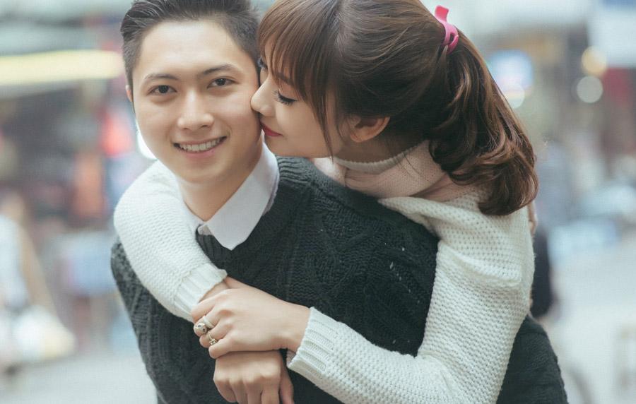 フリー写真 おんぶしながらキスをするカップル