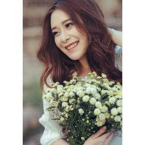 フリー写真, 人物, 女性, アジア人女性, 女性(00127), ベトナム人, 人と花, 花束, 笑う(笑顔)