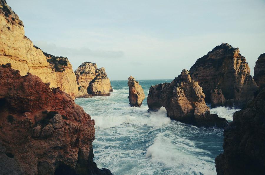 フリー写真 海と海食柱の風景
