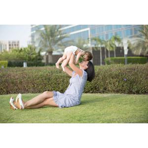 フリー写真, 人物, 親子, 母親(お母さん), 子供, 赤ちゃん, 座る(地面), 抱き上げる, おでこをつける, 足を組む