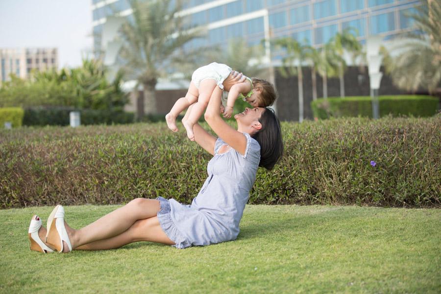 フリー写真 赤ちゃんを抱き上げる母親