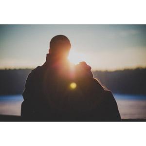 フリー写真, 人物, カップル, 恋人, 夫婦, 後ろ姿, 夕暮れ(夕方), 夕日, 太陽光(日光), 二人
