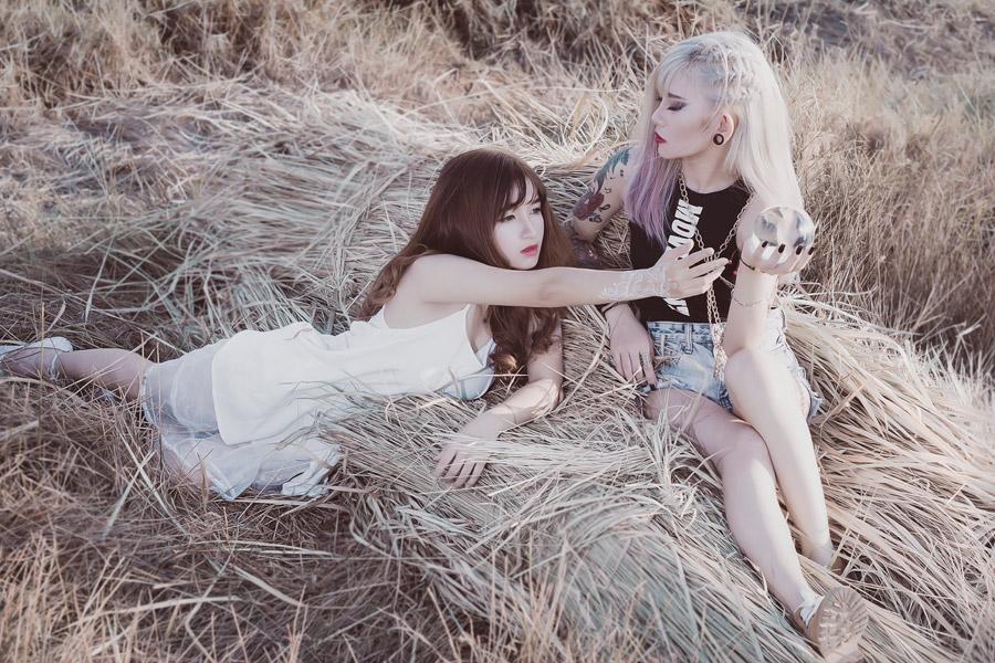 フリー写真 水晶玉と二人の女性