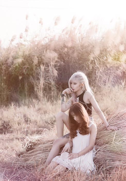 フリー写真 干し草の上に座る二人の女性