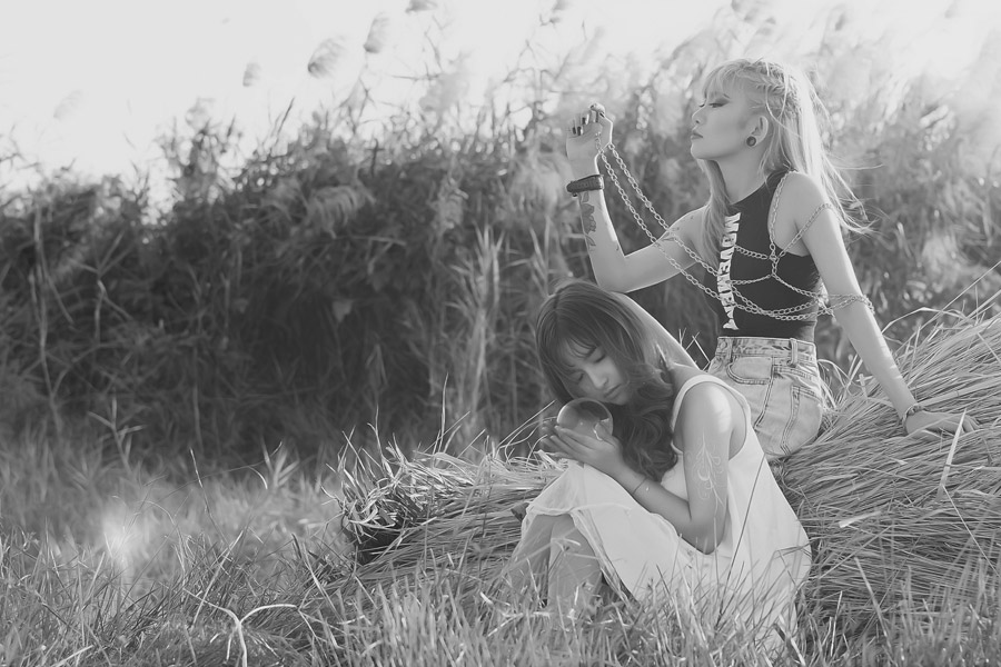 フリー写真 ワイルドな女性とナイーブな女性