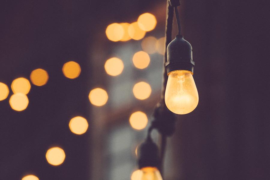 フリー写真 裸電球と光の玉ボケ