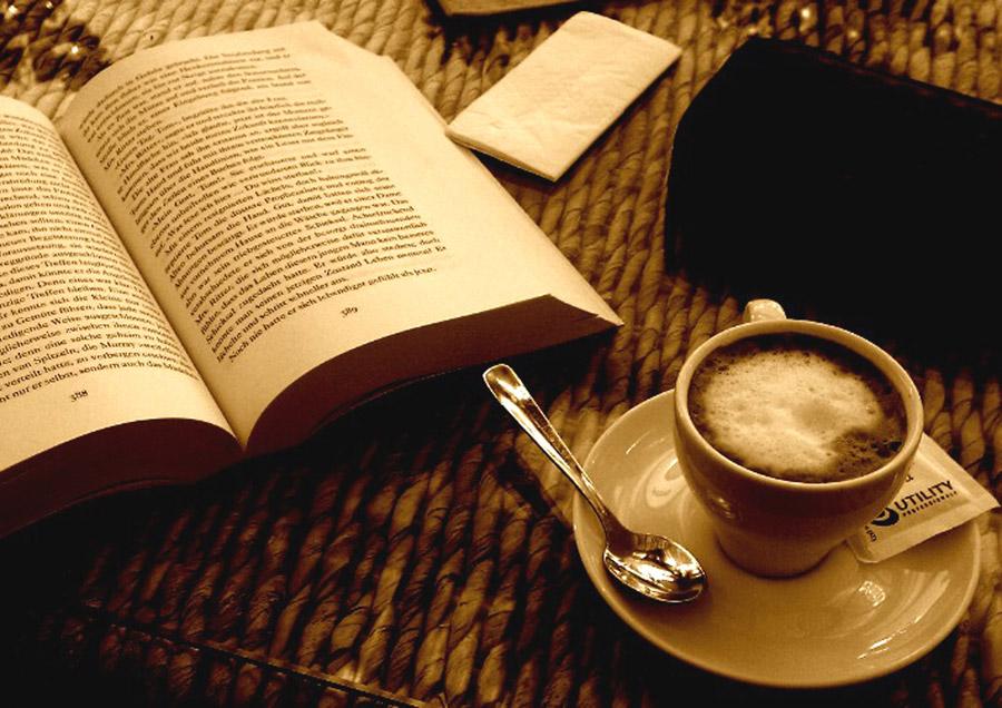 フリー写真 エスプレッソコーヒーと本
