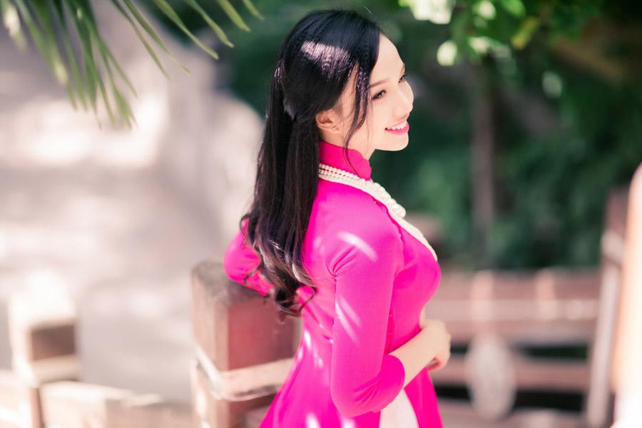 フリー写真 ピンク色のアオザイを着たベトナム人女性