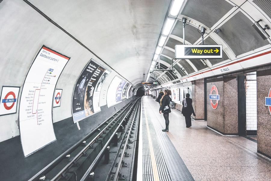 フリー写真 ロンドンの地下鉄駅の風景