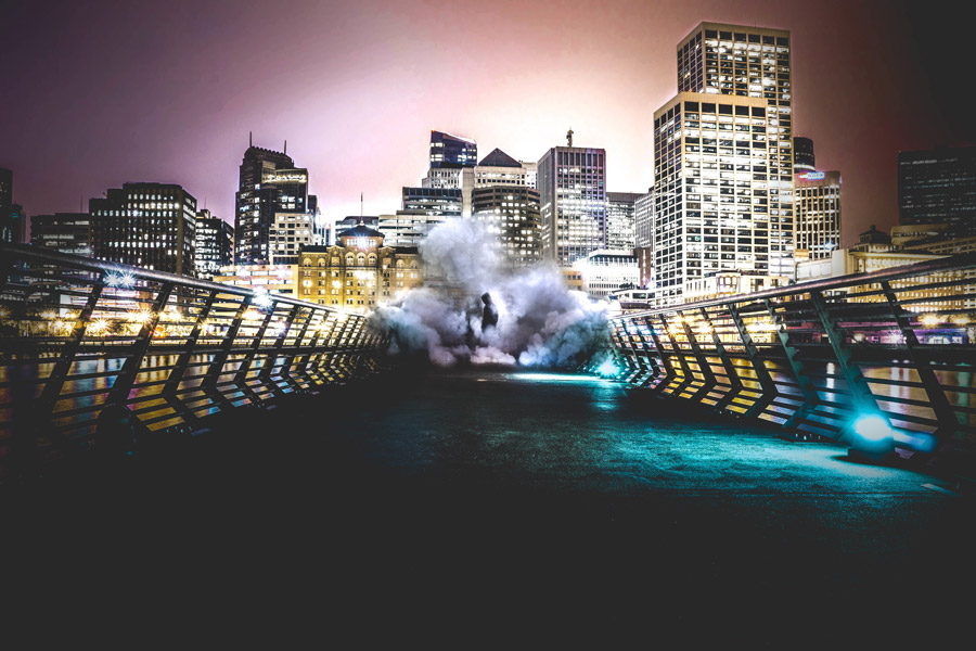 フリー写真 都市の夜景と煙に包まれた人物
