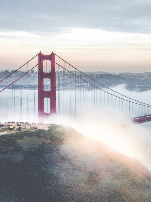 フリー写真 霧に包まれたゴールデンゲートブリッジ