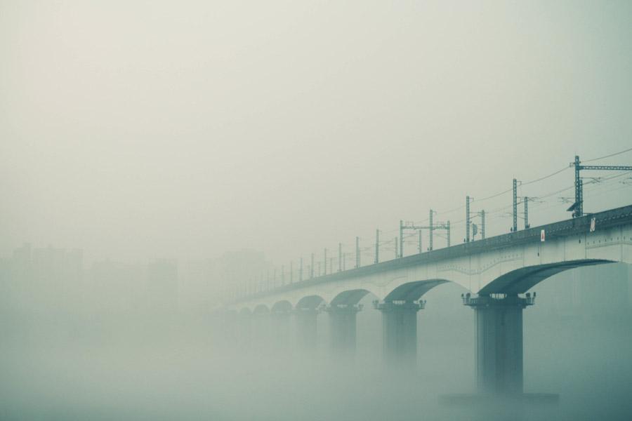フリー写真 霧に包まれた韓国の鉄橋風景