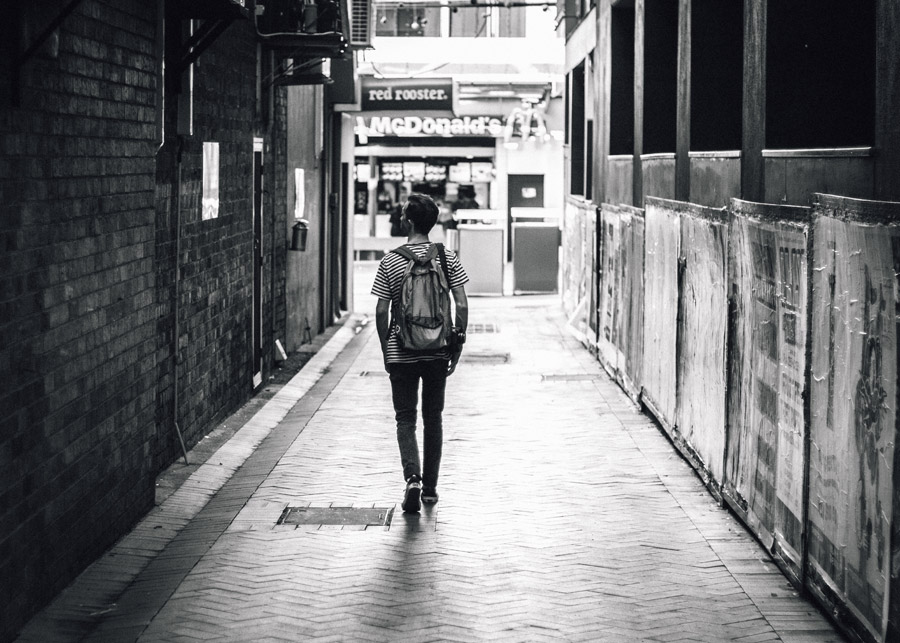 フリー写真 路地を歩く外国人男性の後ろ姿
