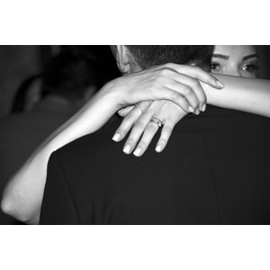 フリー写真, 人物, カップル, 夫婦, 愛(ラブ), 抱きしめる, モノクロ, 抱き合う