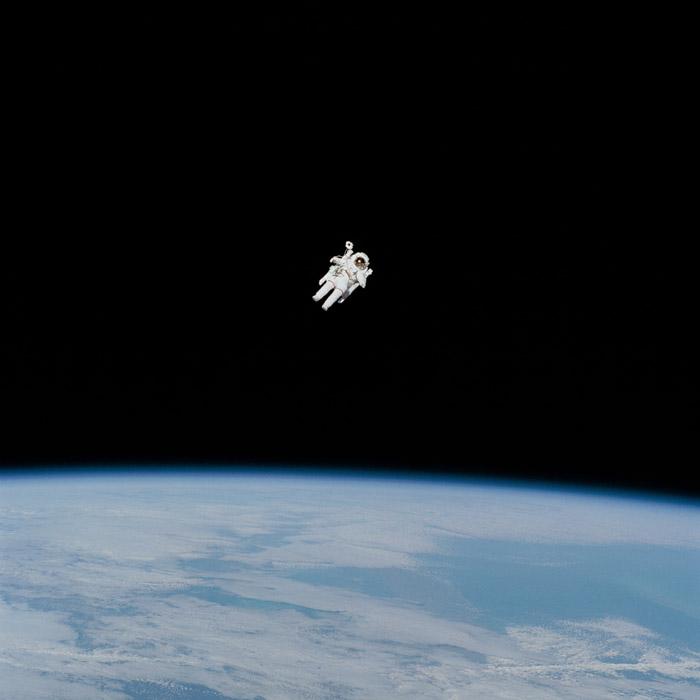 フリー写真 宇宙を漂う宇宙飛行士
