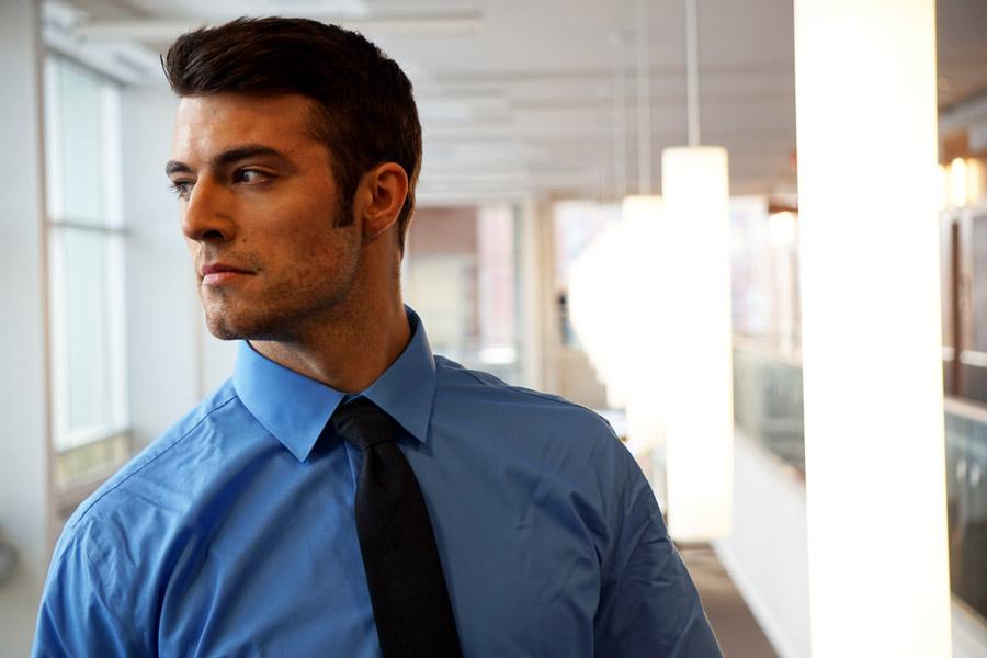 フリー写真 ワイシャツ姿の外国のビジネスマン