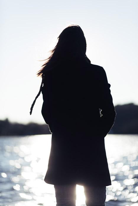 フリー写真 湖を眺める女性の後ろ姿