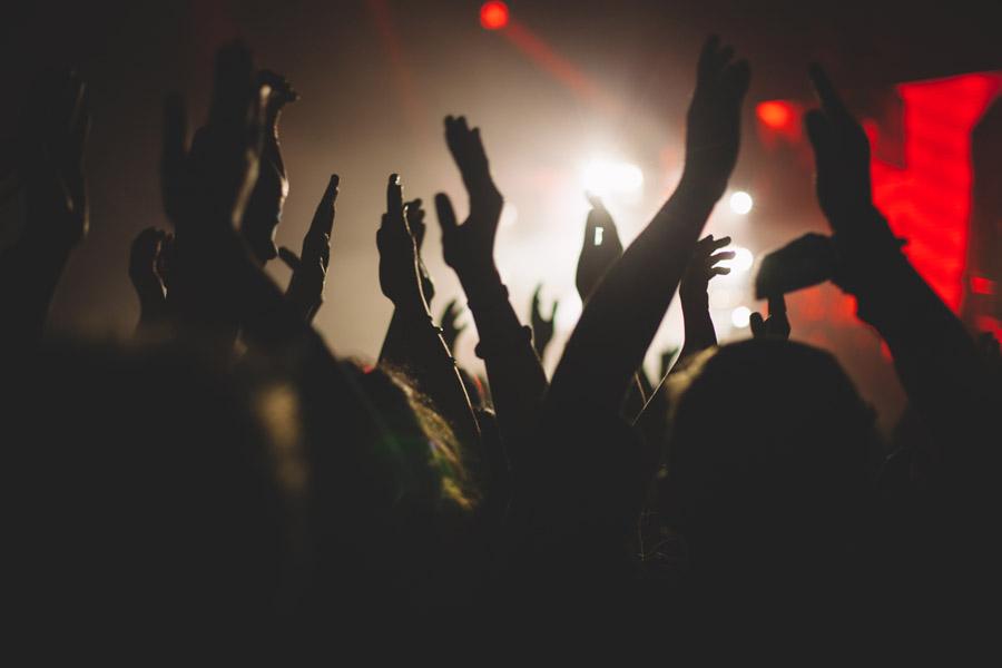 フリー写真 ライブ会場で盛り上がる観客たち