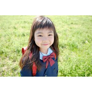 フリー写真, 人物, 子供, 女の子, アジアの女の子, 日本人, 女の子(00119), 学生(生徒), 学生服, 小学生, 草むら